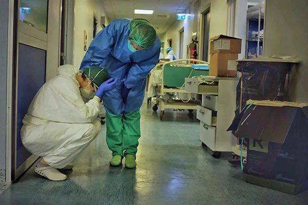 医生在牺牲,人们在乱窜!受够那些不肯在家隔离的人,各国终于怒了:故意传播病毒判谋杀罪!